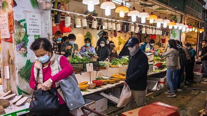 Para warga Hong Kong memakai masker di pasar demi menghadapi Virus Corona.