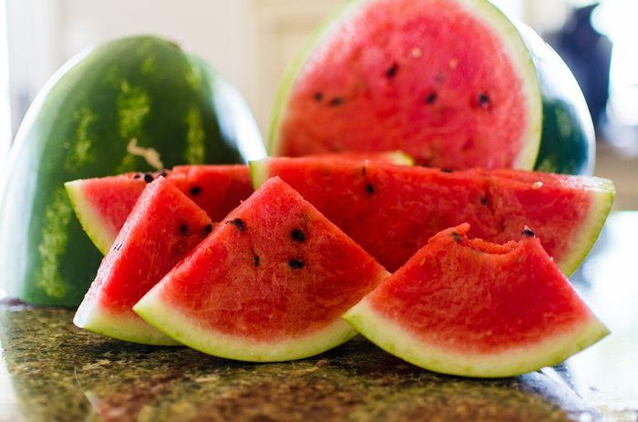 Membuang kulit semangka
