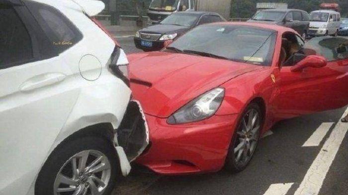 Mobil Ferrari merah tabrak mobil honda putih di depannya