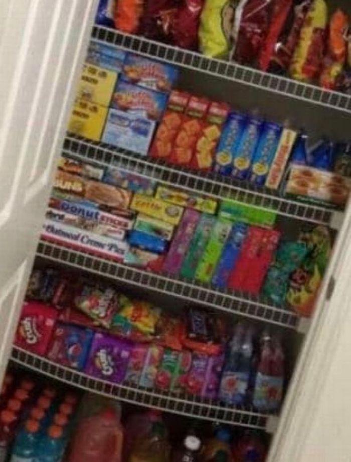 Seorang ibu membeli persediaan makanan dan obat untuk setahun