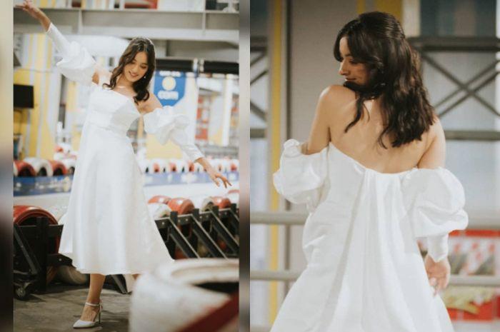 Penampilan anggun Mawar Eva bak Bidadari tak bersayap kenakan gaun putih pamer punggung putih mulus
