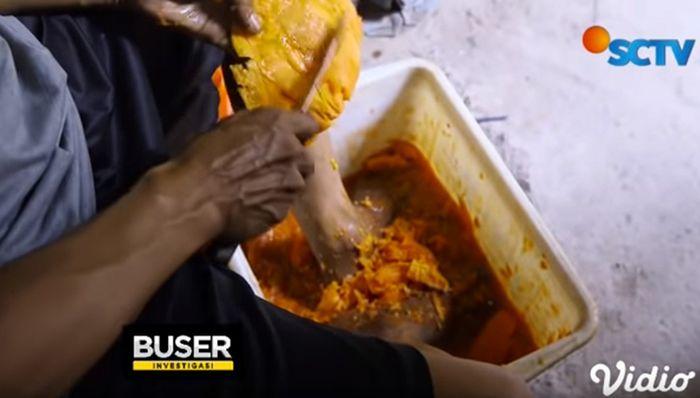 Pedagang bikin saus dengan pepaya busuk