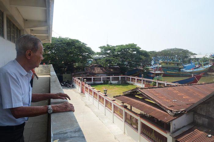Pelabuhan kapal-kapal penangkap ikan di tepi Sungai Juwana tampak dari lantai dua pabrik rokok kretek Tapal Kuda, Juwana.