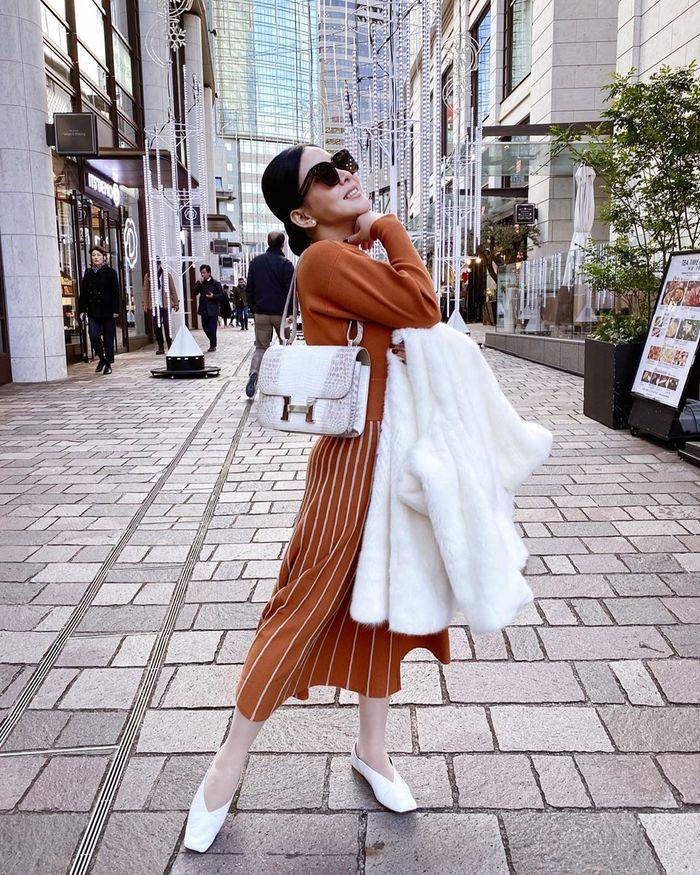 Syahrini memang kerap tampil modis kenakan berbagai fashion item branded dengan harga yang fantastis