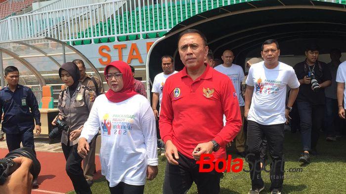 Ketua Umum PSSI, Mochamad Iriawan alias Iwan Bule, saat mengunjungi Stadion Pakansari, Bogor.
