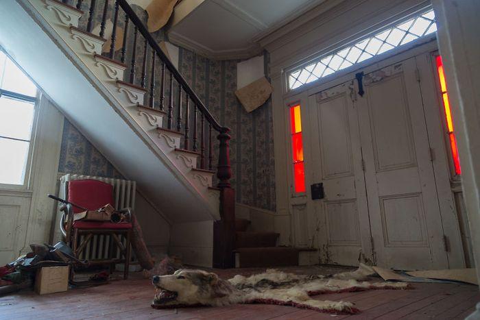 Penampakan dalam rumah terbengkalai yang dikunjungi oleh Bryan Sansivero.