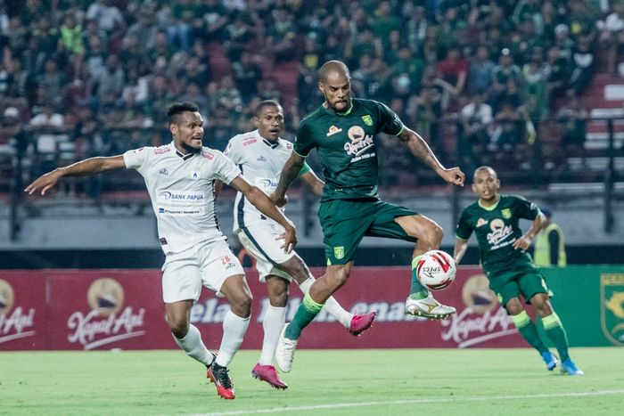 Pemain Persebaya Surabaya, David da Silva, ketika berhasil mencetak gol ke gawang Persipura Jayapura dalam laga pekan ketiga Shopee Liga 1 2020, Jumat (13/3/2020).