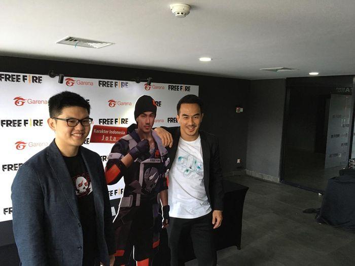 Christian Wihananto (Kiri) dan Joe Taslim (Kanan) saat memaerkan karakter Jota dalam acara Press Conference Grand Final Free Fire Indonesia Master 2020 di Tenis Indoor, Senayan, Jakarta (15/3)