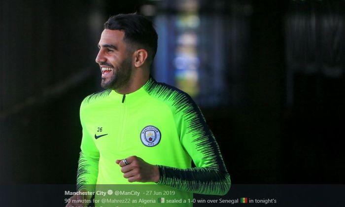 Winger Manchester City, Riyad Mahrez, kabarnya sedang diincar oleh klub kaya raya asal Prancis, Paris Saint-Germain.
