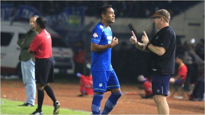 Pelatih Persib Bandung, Robert Alberts, memberikan instruksi pada Omid Nazari, dalam laga melawan PSS Sleman di Stadion Si Jalak Harupat, Minggu (15/3/2020).