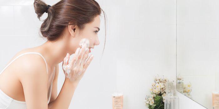 Sering mencuci wajah dengan air hangat.