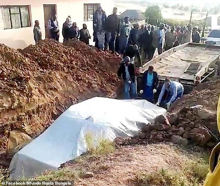 Proses pemakaman pria yang dikubur bersama mobilnya.