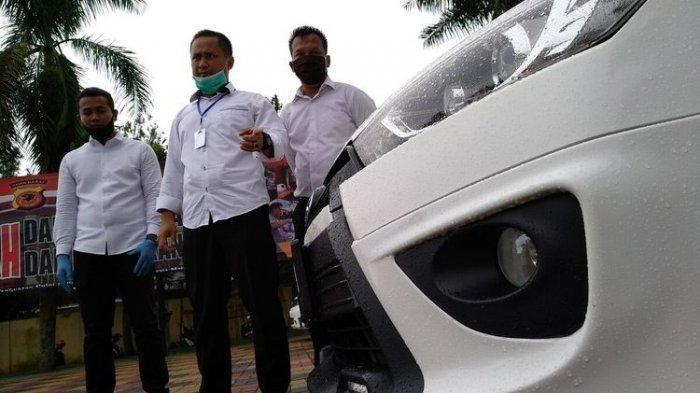 Satreskrim Polres Tasikmalaya Kota berhasil mengungkap pencurian mobil di lokasi pencucian dengan modus mengaku sebagai suruhan para pemilik mobil, Senin (6/4/2020). Salah satu mobil curian adalah Honda CRV milik mantan Kapolda Jabar Anton Charliyan. Pelakunya siswa SMA berusia 16 tahun.