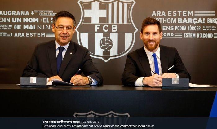 Presiden Barcelona, Josep Maria Bartomeu, duduk bersebelahan dengan Lionel Messi yang menandatangani kontrak baru pada November 2017.