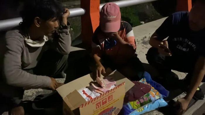Sumbangan sembako dan uang disalurkan Tom ke orang-orang di jalanan