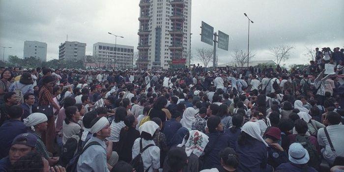 Mahasiswa Trisakti menuntut Reformasi di tahun 1998 dan berujung tragedi penembakan