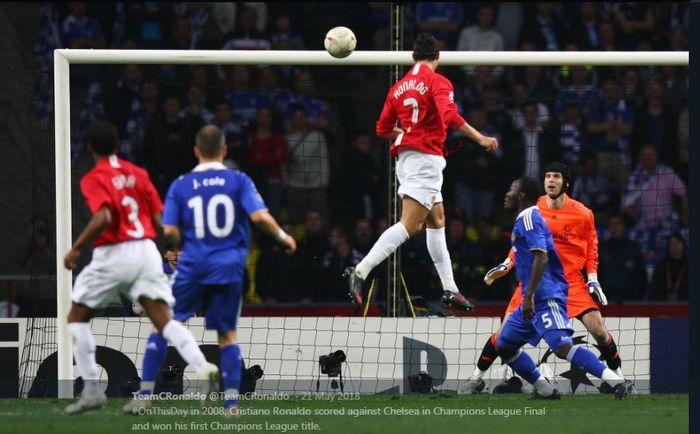 Cristiano Ronaldo mencetak gol untuk Manchester United ke gawang Chelsea dalam laga final Liga Champions 2007-2008 di Stadion Luzhniki, Moscow.