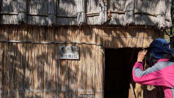 Pengunjung dapat datang ke Sapporo Pirka Kotan untuk mengalami kerajinan tangan Ainu, menonton tarian tradisional dan membayangkan kehidupan Ainu tradisional.
