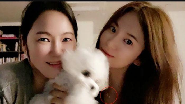 Song Hye Kyo mengenakan kalung berinisial S dan H.