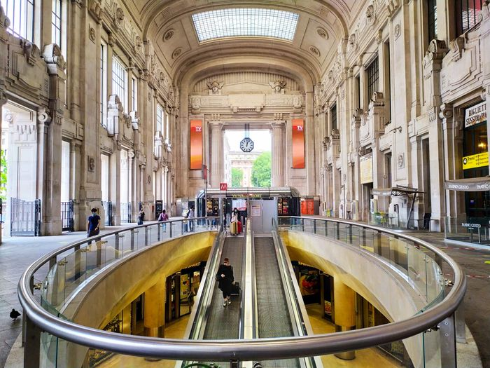 Setelah tiga bulan yang mencekam, suasana pintu masuk utama Stasiun Centrale Milan kembali hidup. Tampak sebagian gerai telah membuka aktivitasnya.