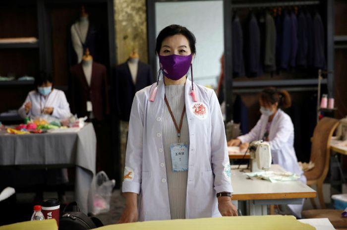 Zhou mengenakan masker sutra hasil rancangannya.