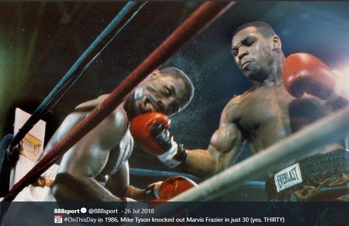 Mike Tyson (kanan) mengalahkan Marvis Frazier dalam pertandingan tinju kelas berat di Civic Center, New York, Amerika Serikat, 26 Juli 1986.