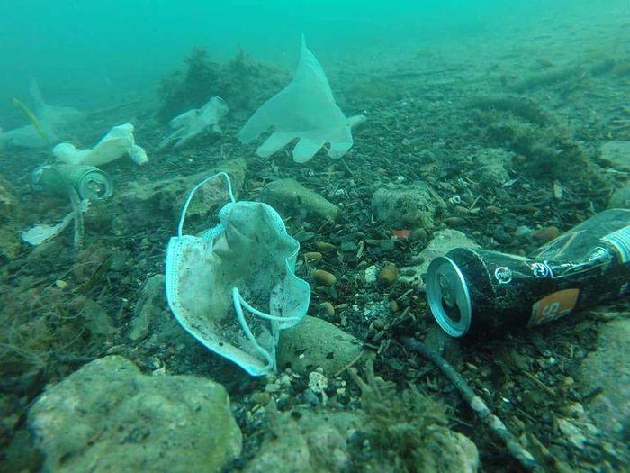 Sampah medis banyak ditemukan di laut saat dunia sedang bergulat melawan COVID-19.