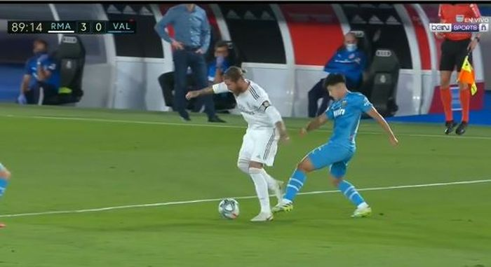 Lee Kang-in menendang Sergio Ramos dalam momen pertandingan LaLiga Spanyol antara Real Madrid vs Valencia di Estadio Alfredo Di Stefano, 18 Juni 2020.