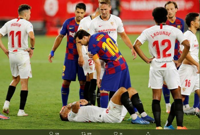 Momen keributan antara kaptern Barcelona, Lionel Messi, dengan bek Sevilla, Diego Carlos, pada laga di Stadion Ramon Sanchez Pizjuan,  Jumat (19/6/2020).