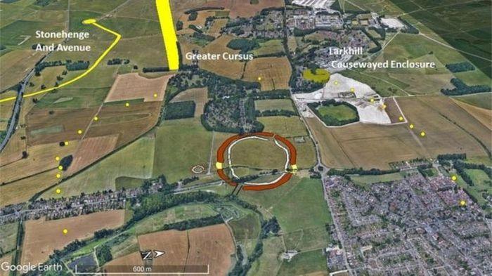 Lingkaran kuning kecil menandai lokasi penemuan. Durrington Wals ditandai dengan lingkaran cokelat. Sementara Stone Henge berada di kiri atas.