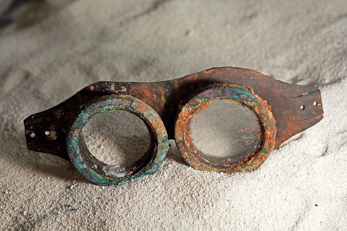 Kaca mata milik awak U-Boot yang ditemukan di repihan kapal selam di dasar Laut Jawa.