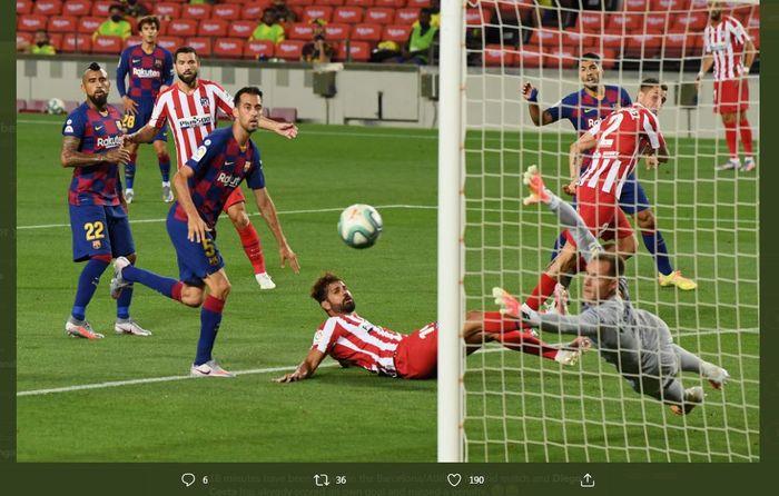 Diego Costa dalam partai Liga Spanyol antara Barcelona vs Atletico Madrid.