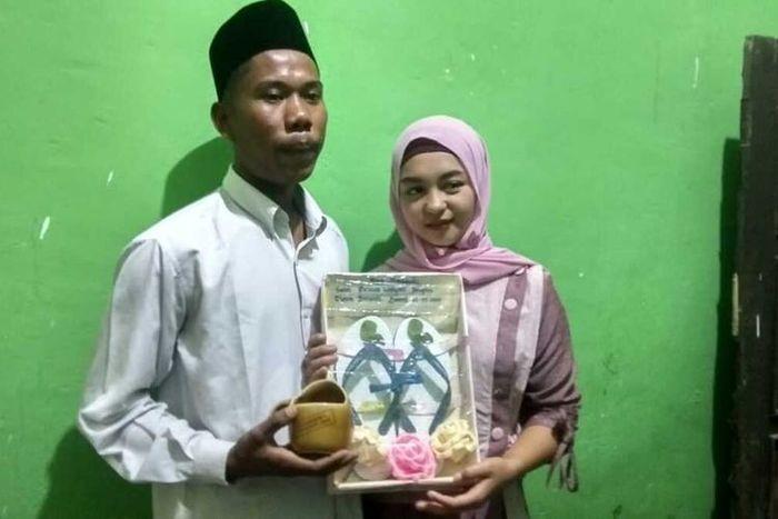 Yudhi bersama Helmi pamerkan mas kawin pernikahan mereka (grid.id)