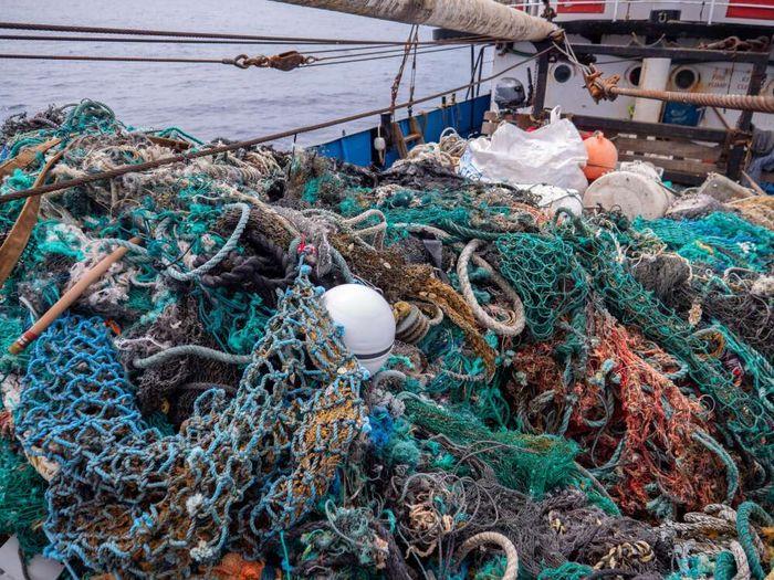 Sampah yang ditemukan kebanyakan sampah plastik dan peralatan menangkap ikan yang dibuang sembarangan oleh nelayan.