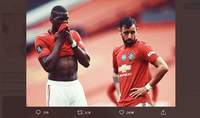 Bruno Fernandes (kanan) dan Paul Pogba berdiskusi sebelum mengeksekusi tendangan bebas untuk Manchester United.