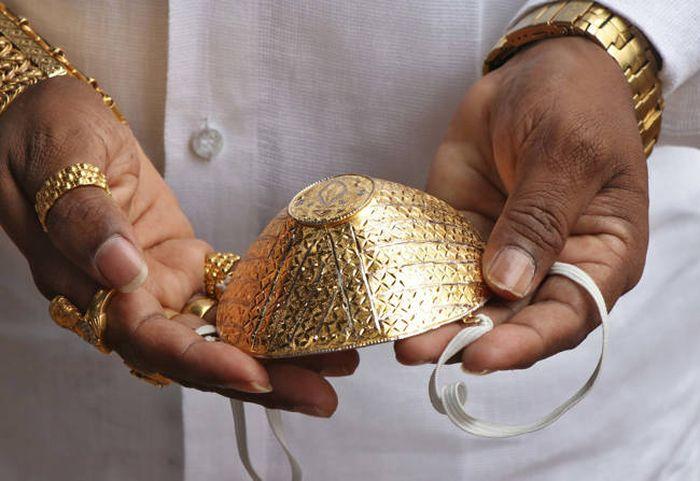 Viral pria pakai masker emas.