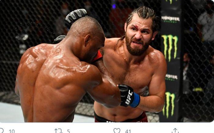 Laga Kamaru Usman (kiri) lawan Jorge Masvidal dalam perebutan sabuk juara kelas welter di UFC 251.