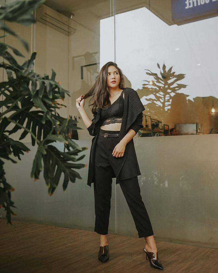 Jessica Mila mengenakan dalaman crop top warna hitam beraksen renda