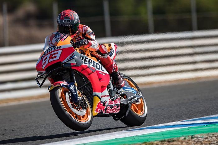 Pembalap Repsol Honda, Marc Marquez, memacu motornya pada sesi tes menjelang seri MotoGP Spanyol di Sirkuit Jerez, Spanyol, 15 Juli 2020.
