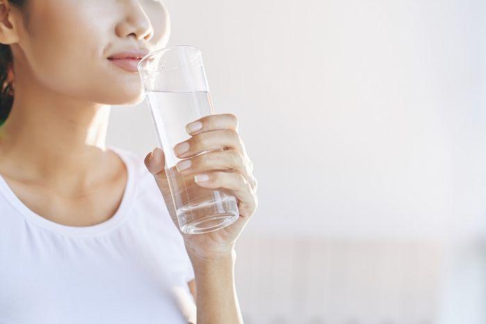 Ilustrasi minum air putih mampu membuat langsing dan perut rata