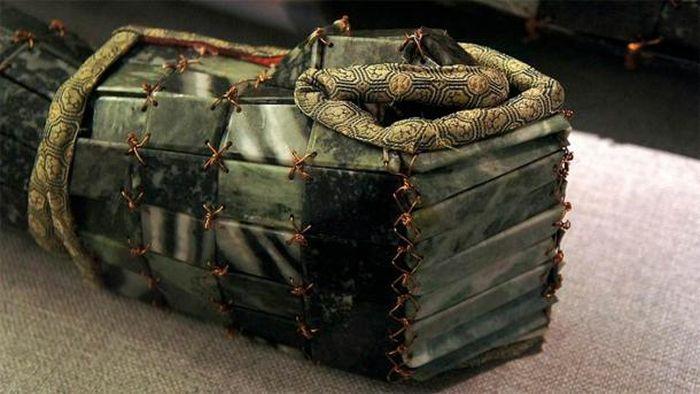 Contoh jasad Giok yang digali dari Makam Xishan, Yongcheng, Henan, bertanggal dari 40 SM.