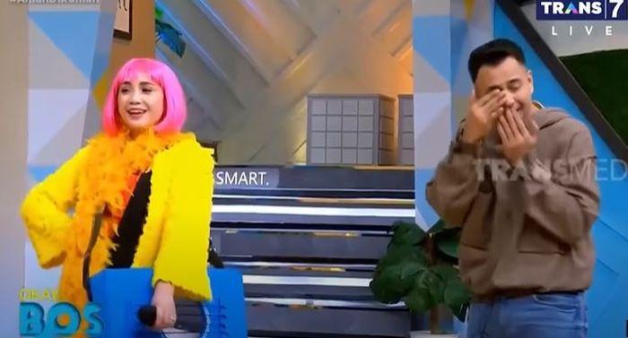 Raffi Ahmad tak bisa menahan tawanya saat melihat Nagita Slavina berdandan ala penyanyi dangdut