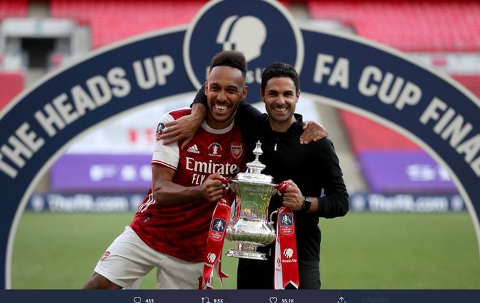 Penyerang Arsenal, Pierre-Emerick Aubameyang berpose bersama pelatihnya, Mikel Arteta dengan mengangkat Piala FA usai laga final