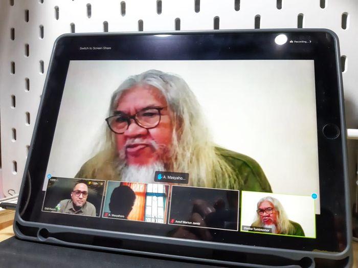 Dimba Tumimomor, warga tepian Danau Poso, berbicara di forum daring Bincang Redaksi National Geographic Indonesia.