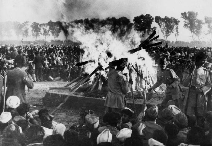 sesuai permintaannya, kremasi pembakaran mayat secara tradisional dilakukan. Tentara harus memblokir kerumunan massa agar tidak terlalu dekat dengan kobaran api.