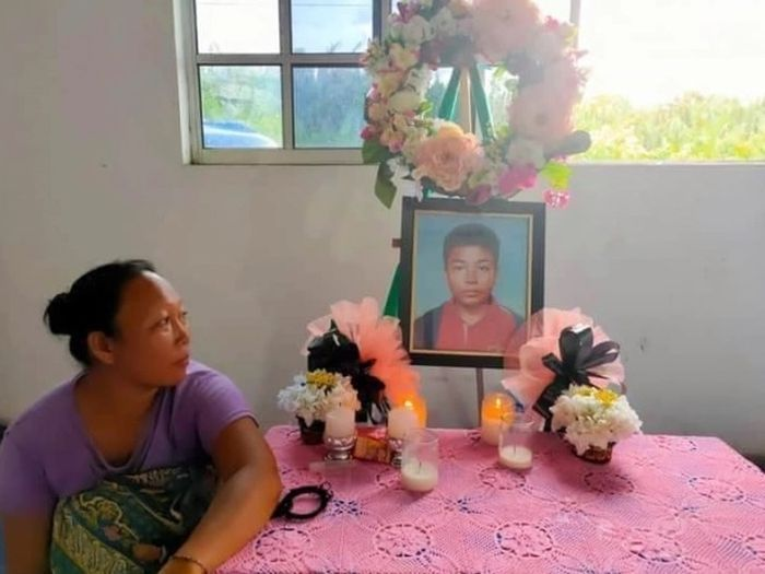 Bibi bocah 14 tahun yang dimakan buaya hidup-hidup di samping fotonya.