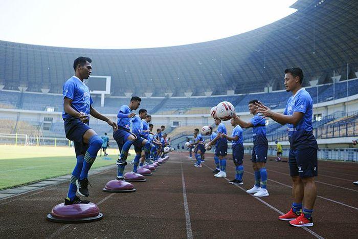 Para Pemain Persib bandung melakukan peregangan dengan bola pada latihan di Stadion Gelora Bandung Lautan Api (GBLA), Gede Bage, Kota Bandung, Senin (10/8/2020).