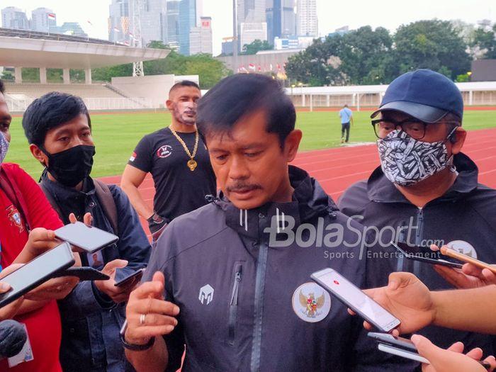 Direktur Teknik PSSI, Indra Sjafri, sedang memberikan keterangan kepada awak media di Stadion Madya, Senayan, Jakarta Pusat, 20 Agustus 2020.