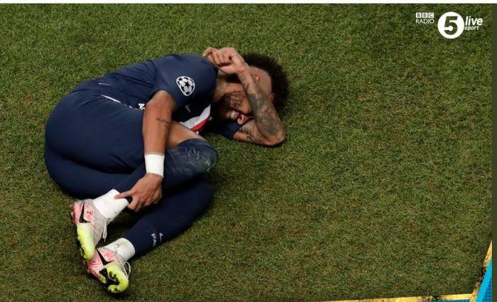 Penyerang Paris Saint-Germain, Neymar Jr., terbaring setelah dilanggar pemain Bayern Muenchen pada final Liga Champions di Lisabon, 23 Agustus 2020.