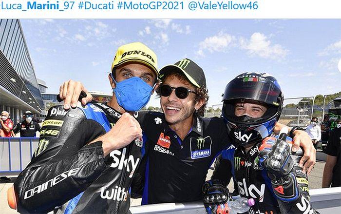 Valentino Rossi (tengah) merayakan podium ganda dari dua pembalap tim Sky Racing VR46, Luca Marini (kiri) dan Marco Bezzecchi (kanan), pada balapan Moto2 Andalusia di Sirkuit Jerez, Spanyol, 26 Juli 2020.